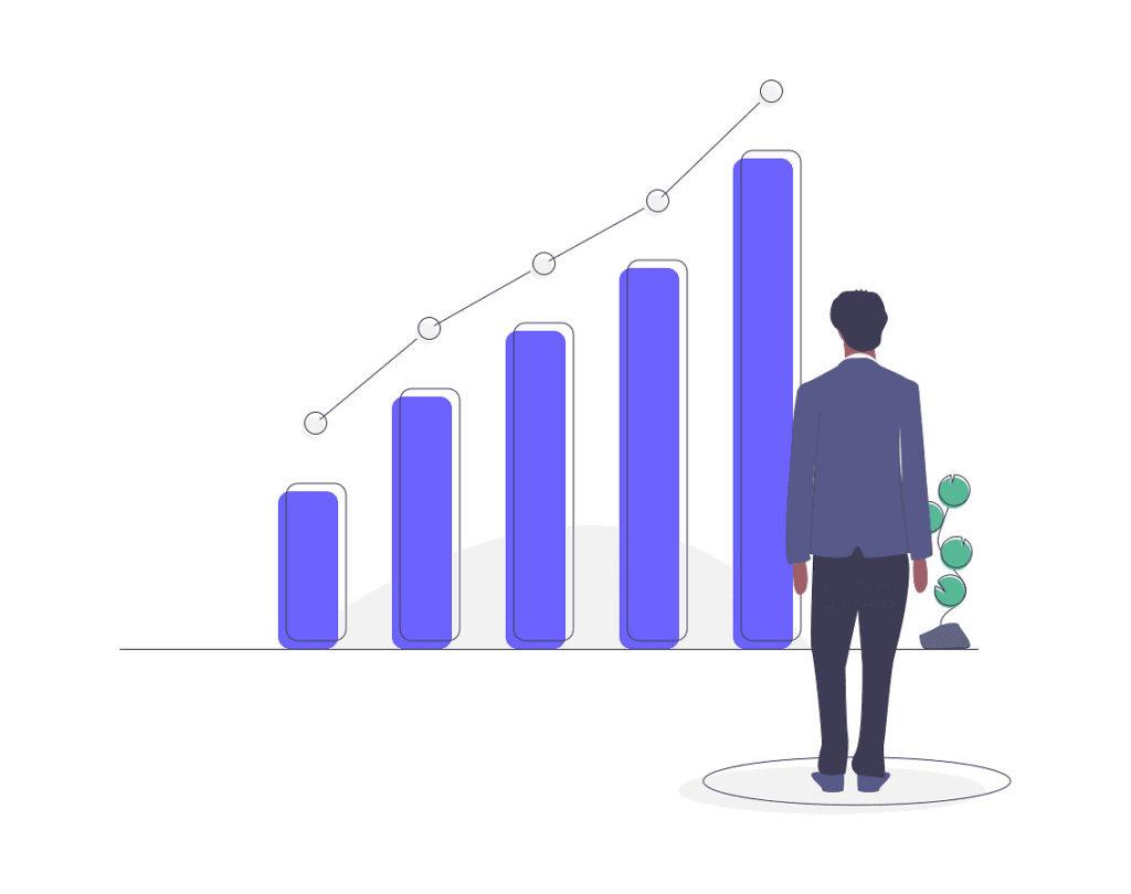 投資の成果が伸びているのを見ている男性の画像。