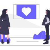 2人の女性が愛の物語を見ている画像。