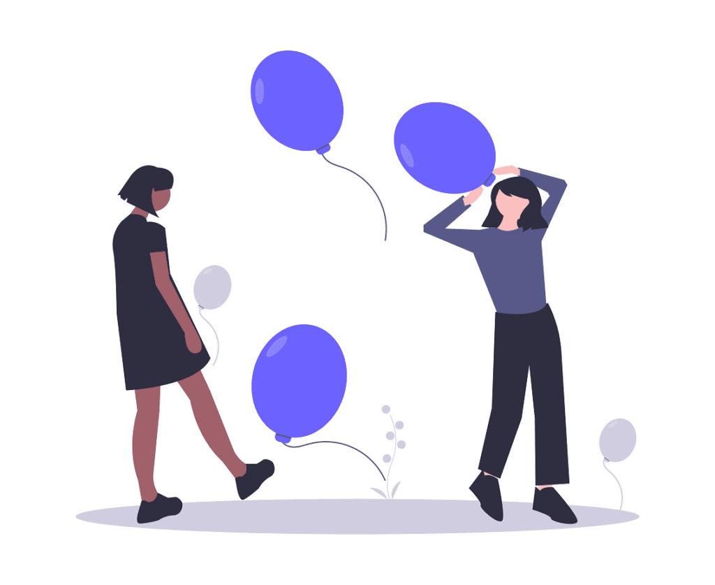 2人の女性が風船で遊ぶ画像。