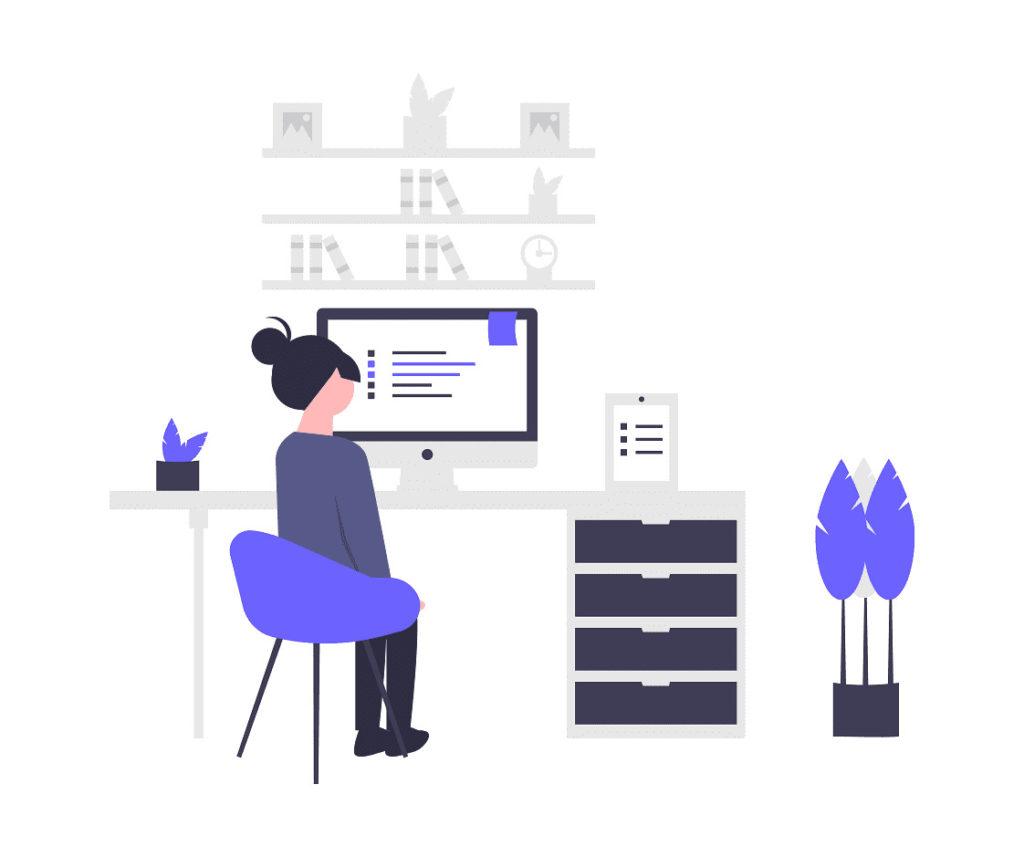 イスに座ってパソコンの文字を見ている女性の画像。