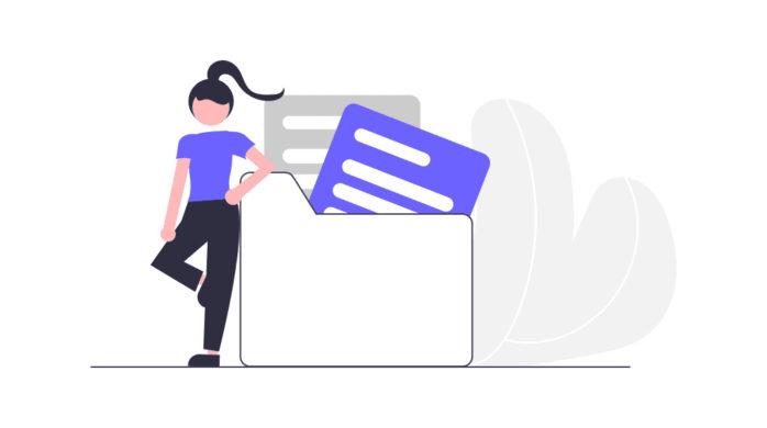 自分のファイルを管理する女性の画像。